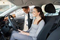 Samochodowy sprzedaż konsultanta klient obrazy royalty free