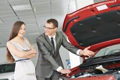 Samochodowy sprzedawania lub samochodu kupienie Obrazy Royalty Free