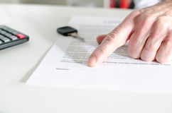 Samochodowy sprzedawca pokazuje sprzedaż kontrakt Obrazy Stock