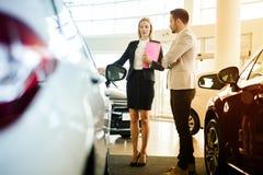 Samochodowy sprzedawca pomaga klienta obrazy stock