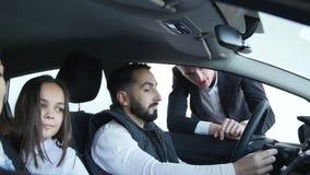 Samochodowy sprzedawca radzi pary z pojazdem zbiory
