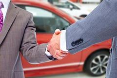 Samochodowy sprzedawcy i klienta uścisk dłoni zdjęcia stock