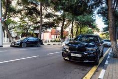 Samochodowy Toyota Camry X3 i BMW parkujący przy krawędzią jezdnia obrazy royalty free