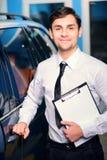 Samochodowy usługowy kierownik pozuje z schowkiem Obraz Royalty Free