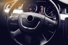samochodowy wewnętrzny nowożytny Kierownica, deska rozdzielcza, szybkościomierz, pokaz fotografia royalty free