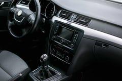 samochodowy wewnętrzny nowożytny Kierownica, deska rozdzielcza, szybkościomierz, pokaz fotografia stock