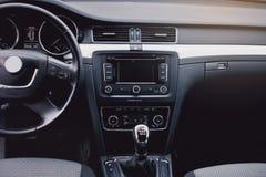samochodowy wewnętrzny nowożytny Kierownica, deska rozdzielcza, szybkościomierz, pokaz zdjęcie stock