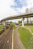 Samochodowy wiadukt biega nad kolejowymi śladami Fotografia Royalty Free