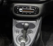 Samochodowy wnętrze, gearbox dźwignia i deska rozdzielcza środkowa konsola, obrazy stock