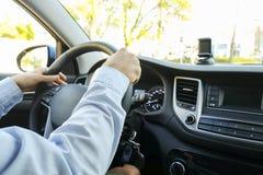 Samochodowy wnętrze z męskim kierowcy obsiadaniem za kołem, miękki zmierzchu światło Luksusowa pojazd deska rozdzielcza, elektron Obrazy Stock