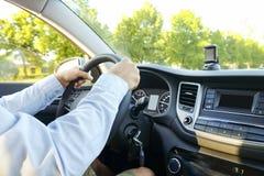 Samochodowy wnętrze z męskim kierowcy obsiadaniem za kołem, miękki zmierzchu światło Luksusowa pojazd deska rozdzielcza, elektron Fotografia Royalty Free