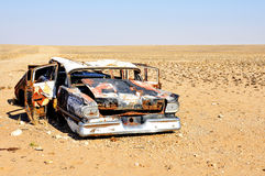 Samochodowy wrak Porzucający w pustyni Obrazy Stock