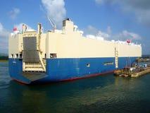 Samochodowy zafrachtowanie statek w Panamskim kanale Obraz Royalty Free