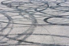 Samochodu ślad z guma dryfu śladami asfaltowa bruku tła tekstura zdjęcie stock