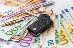 Samochodu czynsz lub nabywać, euro pieniądze z kluczami obrazy stock