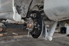 Samochodu hamulcowy naprawianie na nożycowym żurawia dźwignięciu zdjęcie stock