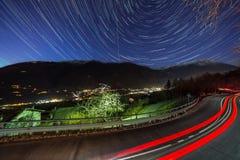 Samochodu i gwiazdy ogony na niebie obraz stock