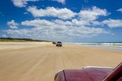 Samochodu je?d?enie na g??wnej transport autostradzie na Fraser wyspie t?sk 75 mil - szerokiego mokrego piasek pla?y wybrze?a ok? obrazy stock
