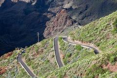 Samochodu jeżdżenie na TF-436 góry zygzag drodze w Macizo De Teno górach, wyspa Tenerife, kanarek, Hiszpania Początki w Masca i f obrazy stock