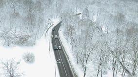 Samochodu jeżdżenie na zimy wiejskiej drodze w lesie zbiory wideo