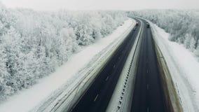 Samochodu jeżdżenie w ruchu drogowym na śniegu zakrywał drogę podczas zimy miecielicy zbiory