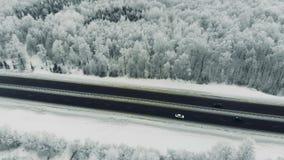 Samochodu jeżdżenie wzdłuż autostrady podczas zimy antena zbiory wideo