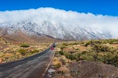 Samochodu jeżdżenie na drodze w Teide parku narodowym Tenerife Fotografia Royalty Free