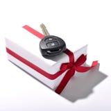 samochodu klucz i prezenta pudełko obrazy stock