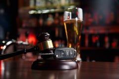 Samochodu klucz i whisky alkohol pijemy w szkle na czarnym drewnianym stole No pije abstrakcjonistycznego pojęcia i no jedzie obraz stock