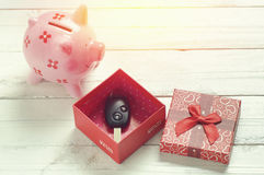 samochodu klucz na papierowym pudełku z czerwonym faborkiem obrazy stock