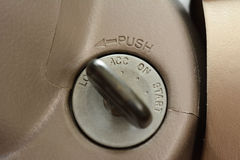 Samochodu klucz przy keyhole obrazy stock