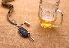 Samochodu klucz z wypadkowym i piwnym kubkiem Obrazy Stock