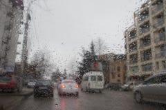 samochodu kropel szkła deszcz dżdżysta pogoda, Evening Deszcz krople na okno, dżdżysta pogoda Rozmyta samochodowa sylwetka Obrazy Royalty Free