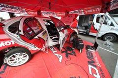 Samochodu mechanik robi diagnostykom toczy wewnątrz samochód Obrazy Royalty Free
