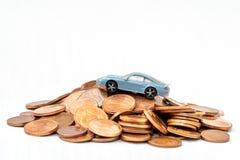 samochodu monet pieniądze nad oszczędzania zabawki biel Przestrzeń fotografia stock