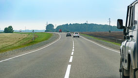 Samochodu pościg na asfaltowej wsi drogowym cewieniu przez poly Obraz Royalty Free