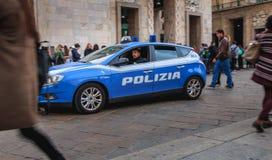 Samochodu policyjnego patrol ulicy wokoło katedry na spadku dniu Zdjęcia Royalty Free