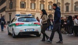 Samochodu policyjnego patrol ulicy wokoło katedry na spadku dniu Fotografia Stock