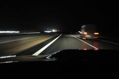 samochodu prowadnikowy noc widok Fotografia Stock