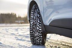 Samochodu przodu kąt, zimy opona i śnieżny krajobraz w Finlandia, Fotografia Stock