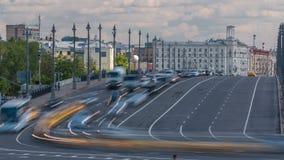 Samochodu ruch drogowy na Dużym kamienia mosta timelapse Bolshoy kamenniy most zbiory
