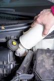 Samochodu silnik dodaje hamulcowego fluid obraz stock