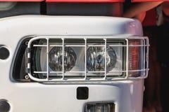 Samochodu strażackiego światło ochraniający metalu grillem obraz stock