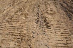 Samochodu szlakowy i Gąsienicowy ślad na suchej glinie Fotografia Royalty Free