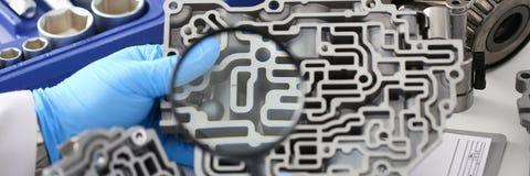 Samochodu usługowy repairman dla automatycznych gearboxes utrzymań w ręce zdjęcia stock