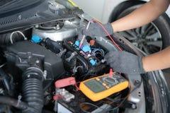 Samochodu utrzymanie i naprawa Spełnianie silnika diagnostycy zdjęcie stock
