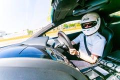 Samochodu Wyścigowego kierowca w Aston Martin sportów samochodzie obraz stock