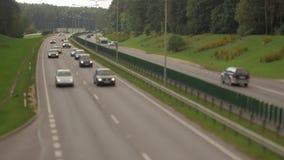 Samochody biega na autostrada puszka ulicie Cztery dwa pasów ruchu kierunek Vilnius transportu ruch drogowy zdjęcie wideo