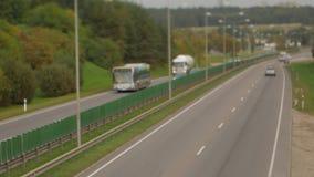 Samochody biega na autostrada puszka ulicie Cztery dwa pasów ruchu kierunek Vilnius transportu ruch drogowy zbiory