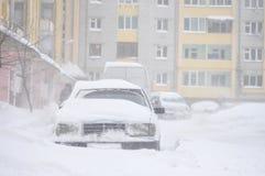 Samochody blokujący śniegiem, paraliż ruch drogowy, śnieg zakrywali ulicę, miecielica, frontowy widok, zimy pogoda, praca dla osz fotografia stock